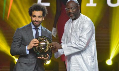 Mo Salah receives his award from George Weah